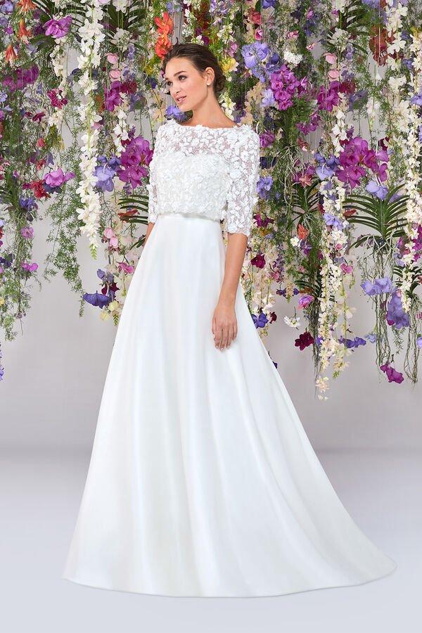 In questa immagine un abito da sposa Atelier Emé con capospalla per le seconde nozze