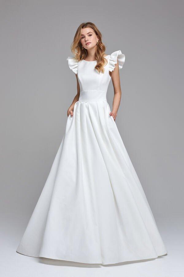 """In questa immagine un modello minimal di Aterlier Emé che risponde alla domanda """"sposa a 60 anni come vestirsi""""?"""