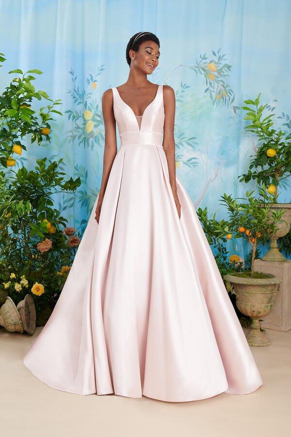 In questa immagine un abito da sposa Atelier Emé colorato di Atelier Emé per le seconde nozze