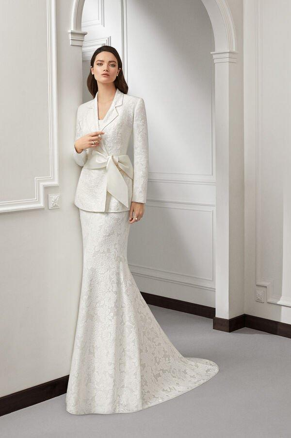 In questa immagine un abito da sposa con tailleur per le seconde nozze