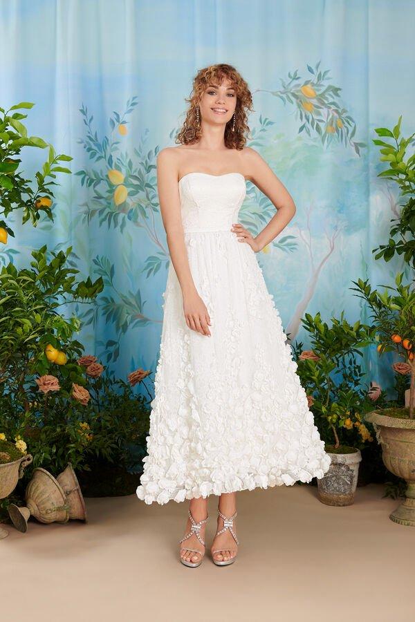 In questa immagine un abito da sposa corto alla caviglia per le seconde nozze