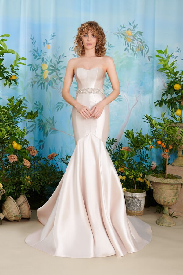 In questa immagine un abito da sposa colorato di Atelier Emé per le seconde nozze