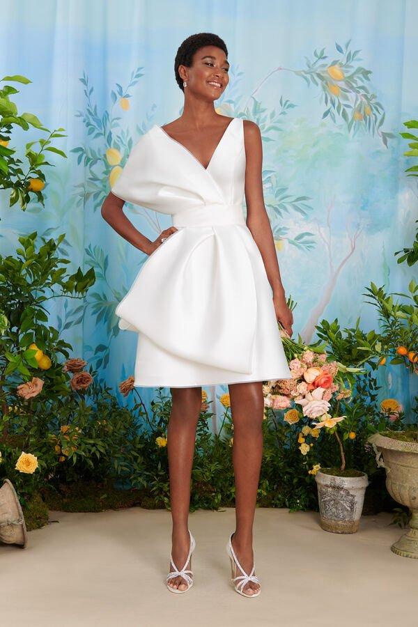 In questa immagine un abito da sposa corto per le seconde nozze