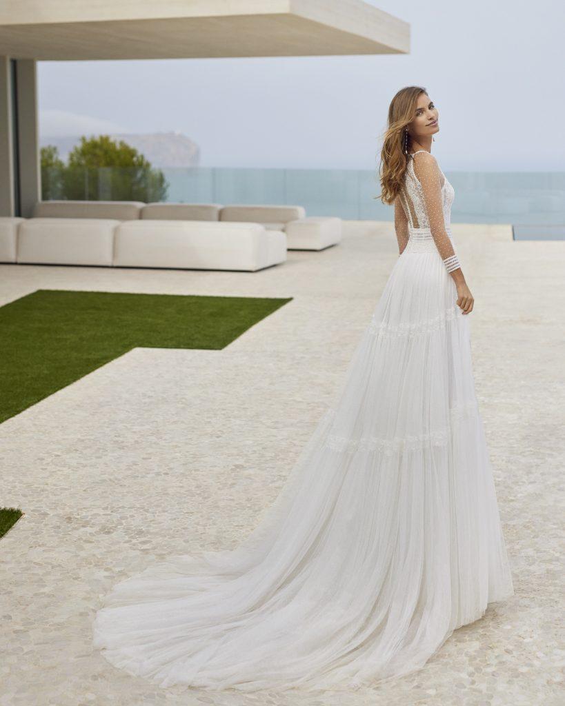 In questa immagine un abito da sposa della collezione Rosa Clará Gatsby
