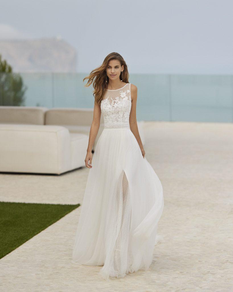 In questa immagine un abito da sposa della collezione Rosa Clará Soft