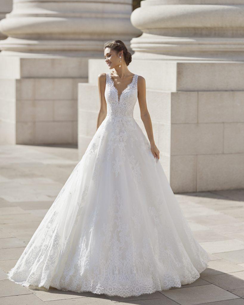 In questa immagine un vestito da sposa Rosa Clará 2022 della linea Couture interamente ricamato in pizzo