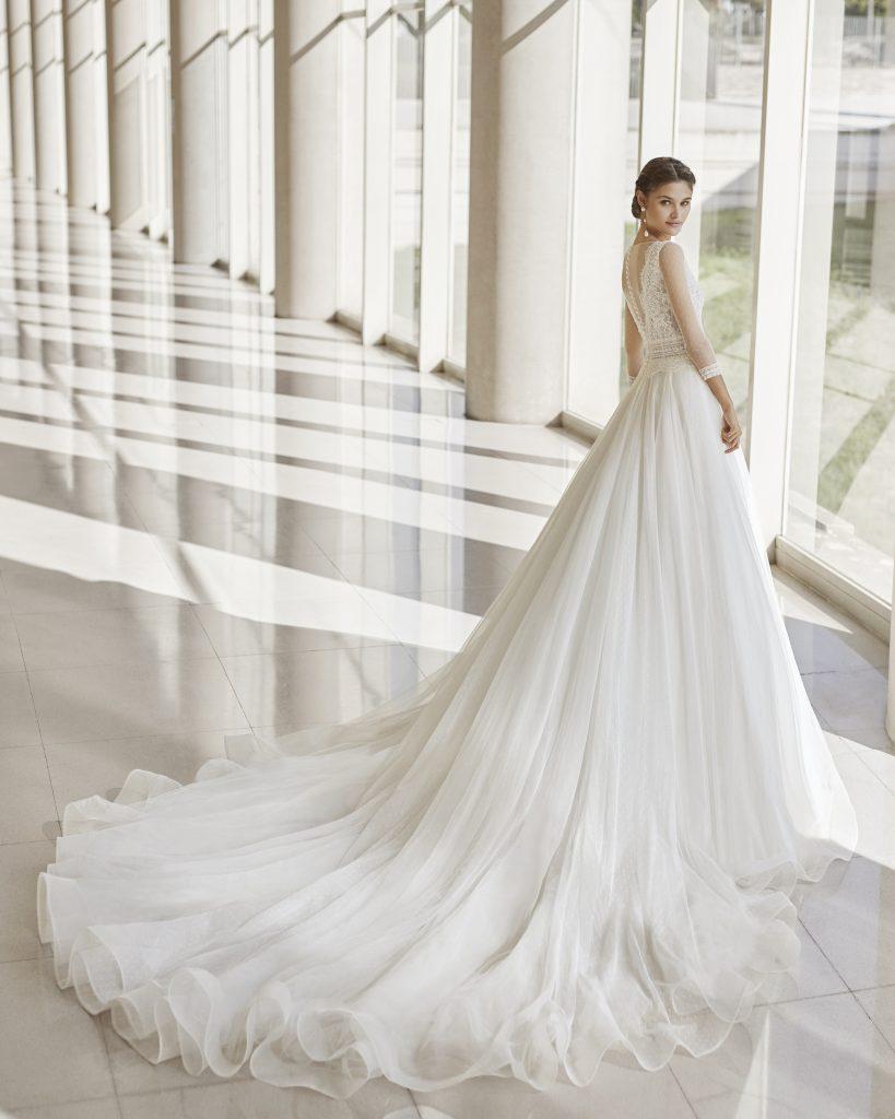 In questa immagine un vestito da sposa Rosa Clará 2022