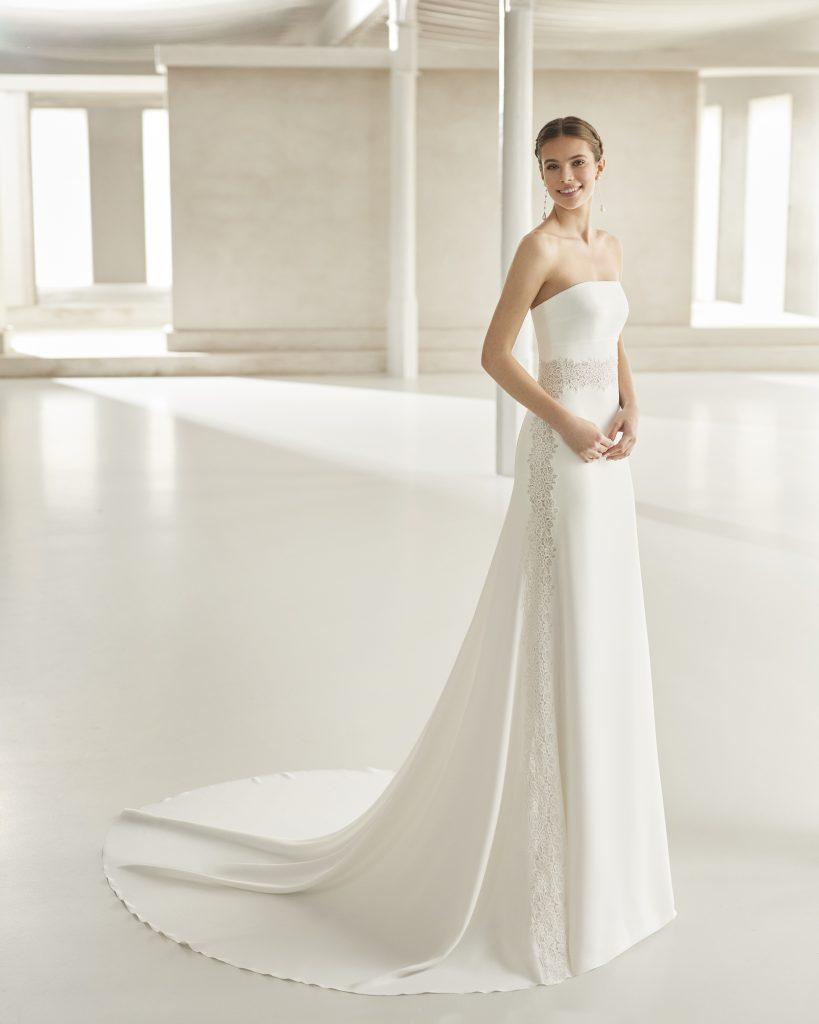 In questa immagine un vestito da sposa Rosa Clará 2022 della linea Couture