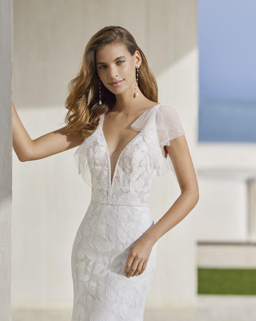 In questa immagine un abito prezioso della Maison spagnola
