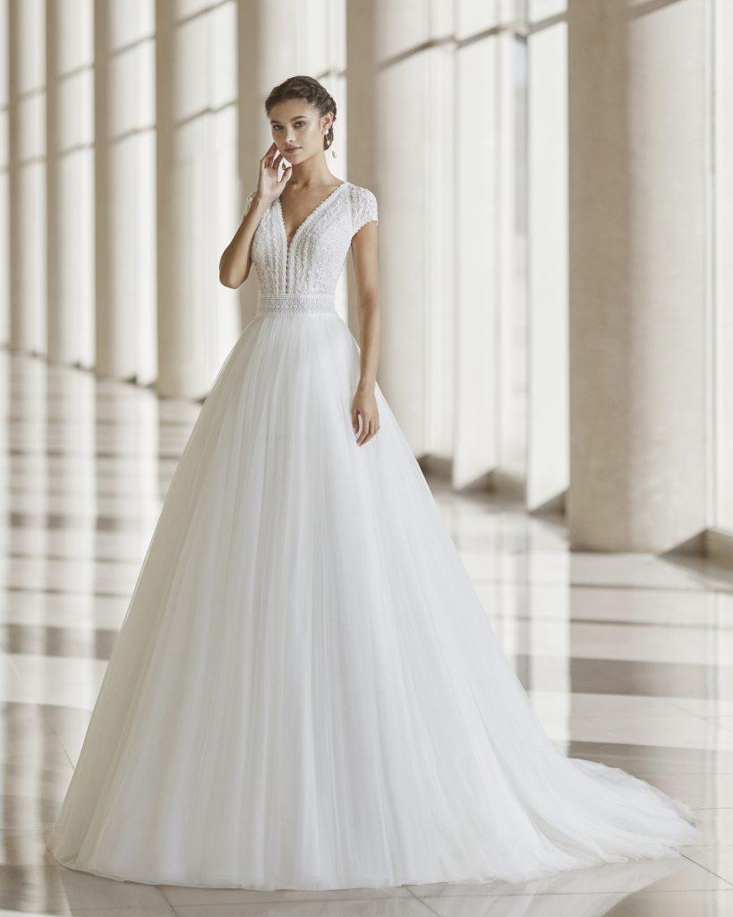 In questa immagine un vestito da sposa Rosa Clará 2022 della linea Rosa Clará