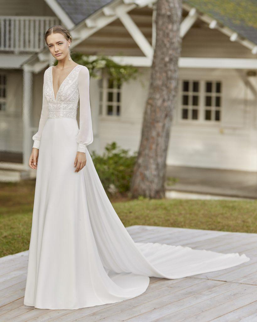 In questa immagine un abito da sposa della collezione Rosa Clará Bohème