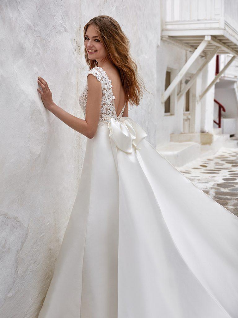 In questa foto un abito da sposa della collezione della maison con fiocco sul retro