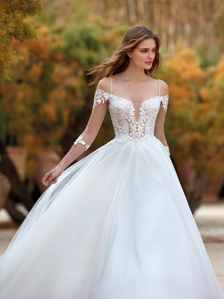 In questa foto un abito da sposa della collezione Nicole Aurora 2022 con corpetto in pizzo e gonna in seta