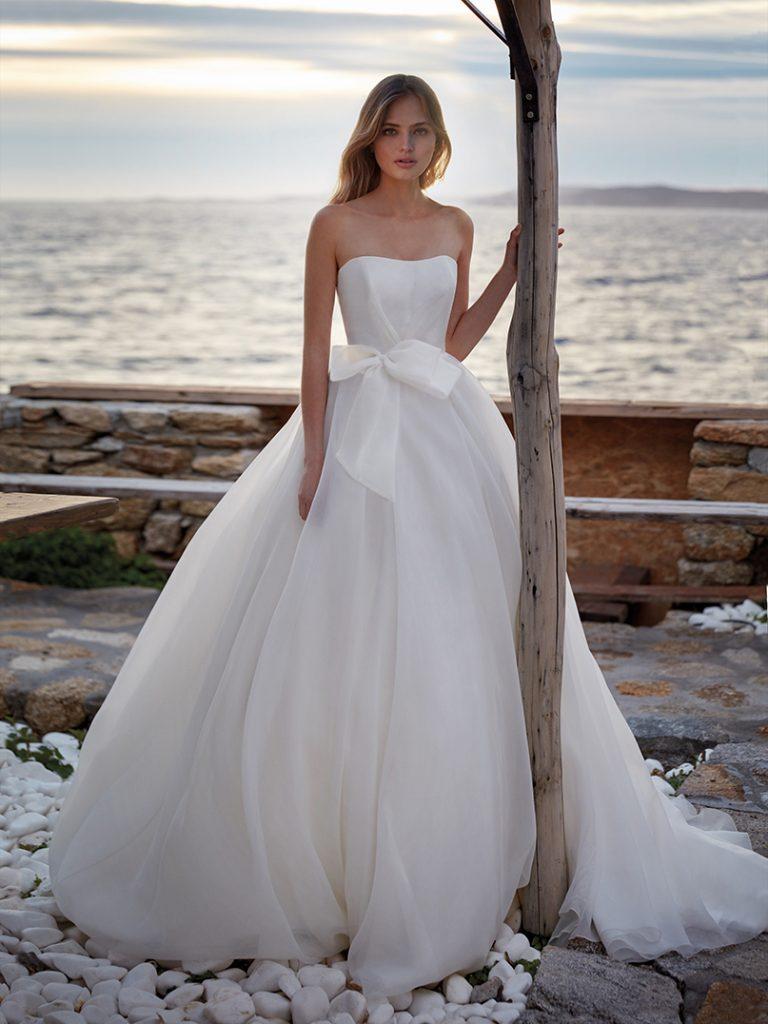 In questa foto un abito da sposa della collezione Nicole Aurora 2022 con fiocco in vita