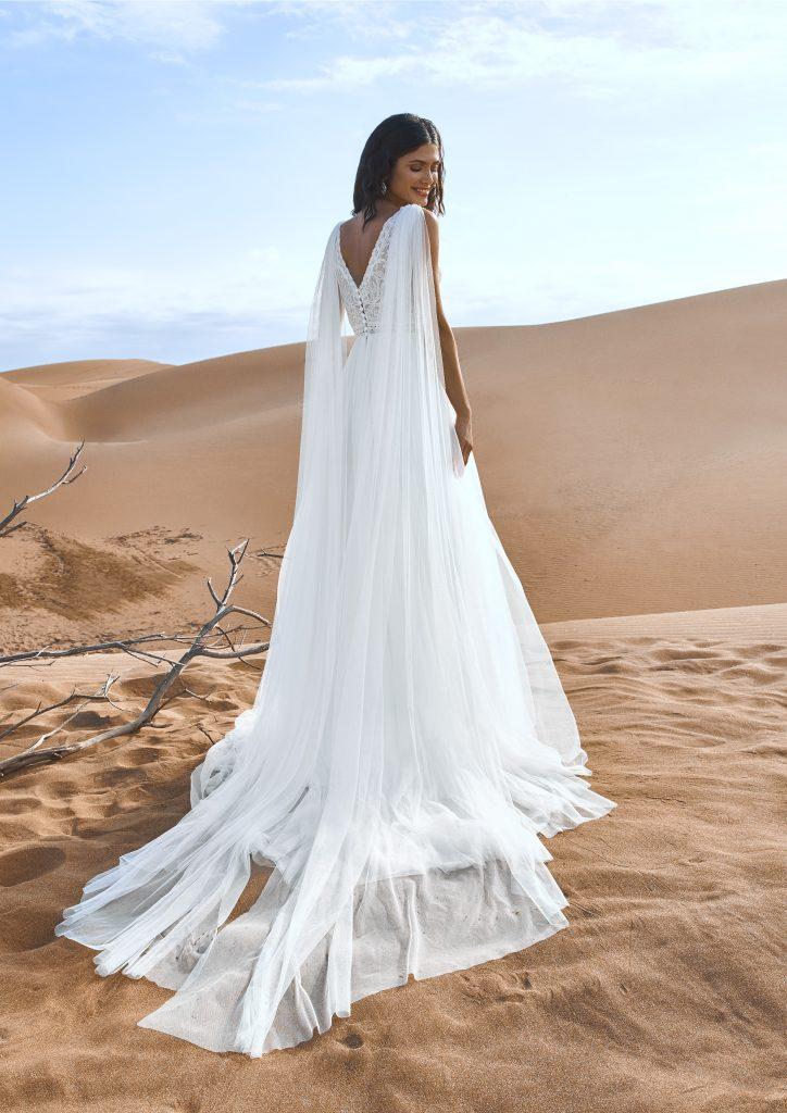 In questa immagine un modello con veli che partono dalle spalle della collezione di abiti da sposa Pronovias 2022