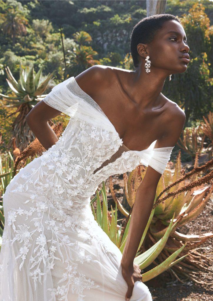 In questa immagine un modello con fiori in 3D della collezione di abiti da sposa Pronovias 2022