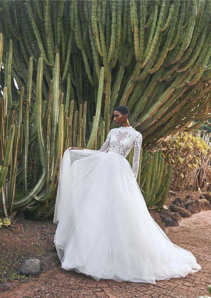In questa immagine un modello con corpetto in pizzo della collezione di abiti da sposa Pronovias 2022