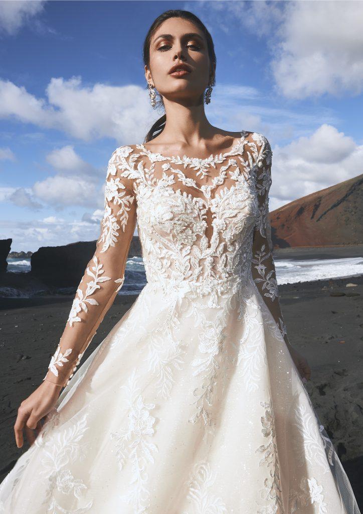 In questa immagine un modello in pizzo della collezione di abiti da sposa Pronovias 2022