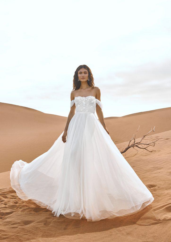 In questa immagine un modello realizzato con tessuti leggeri e preziosi della collezione di abiti da sposa Pronovias 2022