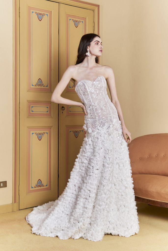 In questa foto una modella indossa un abito a sirena della nuova collezione sposa carlo pignatelli 2022