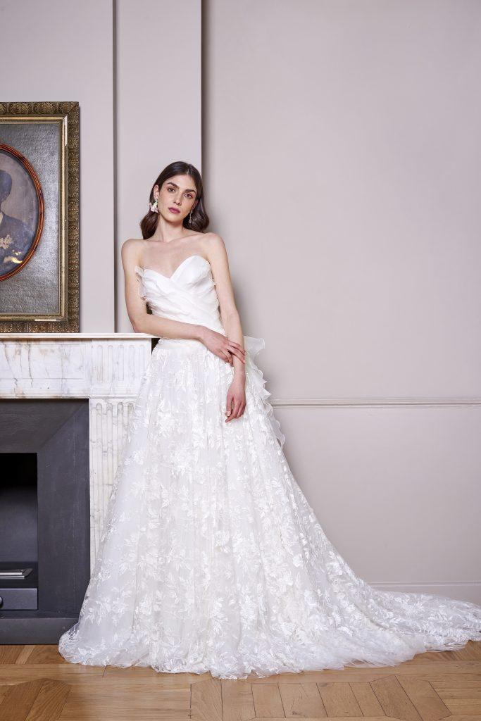 In questa foto una modella indossa un abito della nuova collezione sposa carlo pignatelli 2022