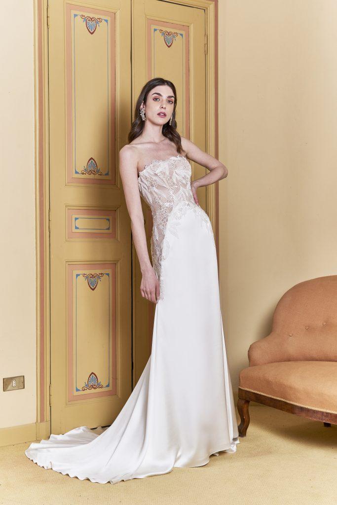 In questa foto una modella indossa un abito da sposa a sirena carlo pignatelli 2022