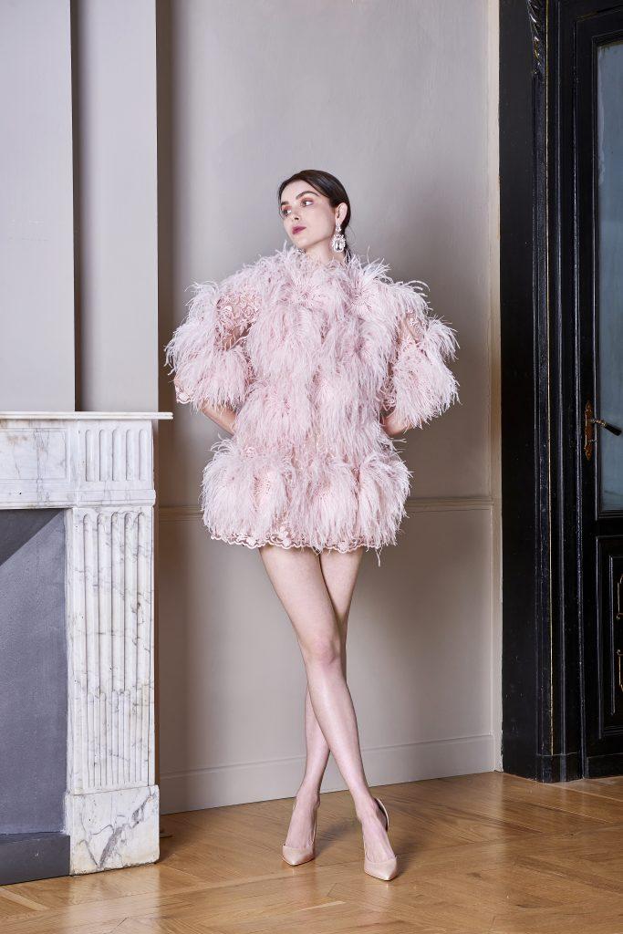 In questa foto una modella indossa un abito cortissimo rosa con effetti plumage della linea carlo pignatelli 2022