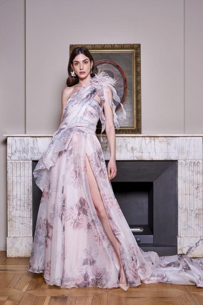 In questa foto una modella indossa un abito monospalla con stampa floreale della nuova collezione carlo pignatelli 2022
