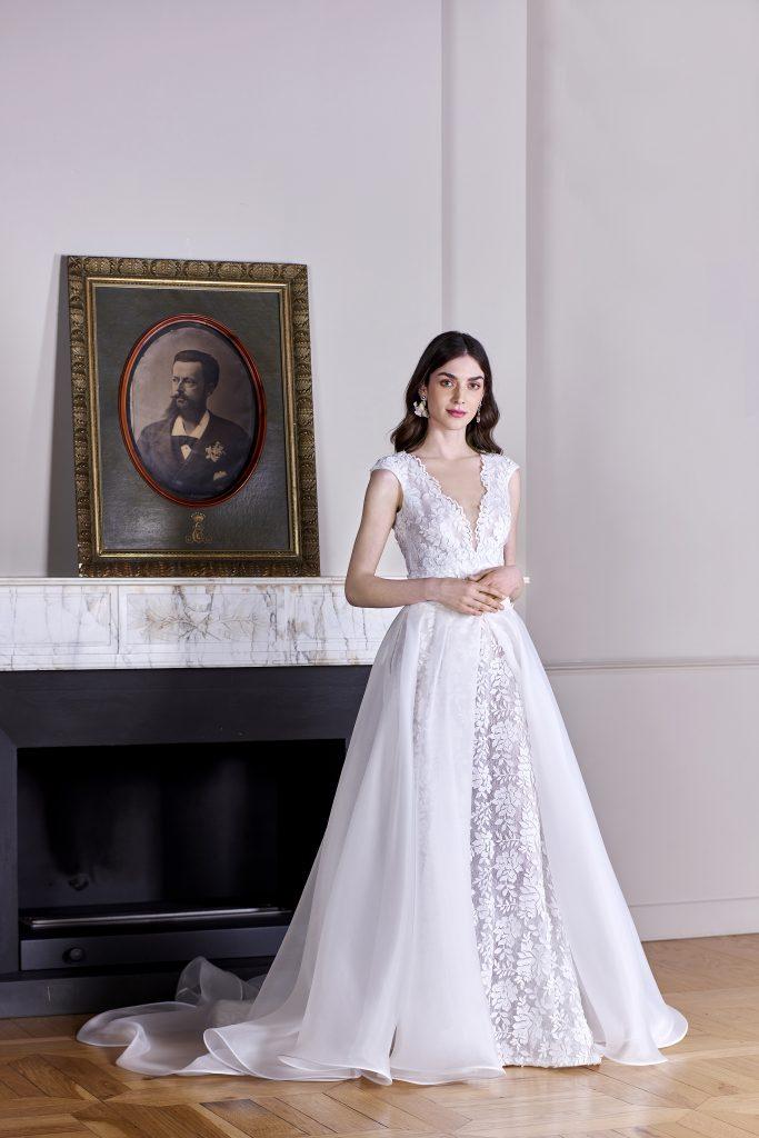 In questa foto una modella indossa un abito della nuova collezione sposa carlo pignatelli 2022 con stampa floreale