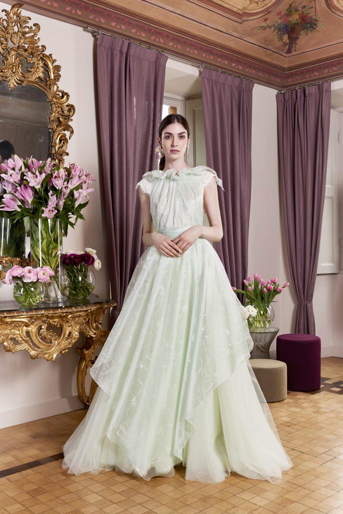In questa foto una modella indossa un abito verde della maison carlo pignatelli