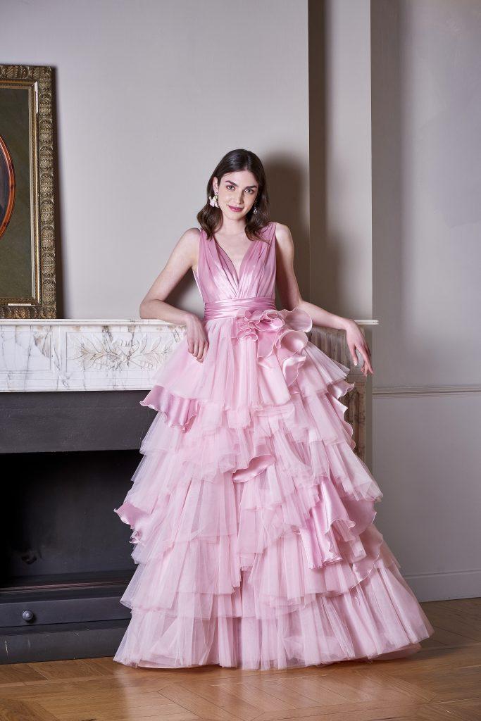 In questa foto una modella indossa un abito rosa in tulle della nuova collezione carlo pignatelli 2022