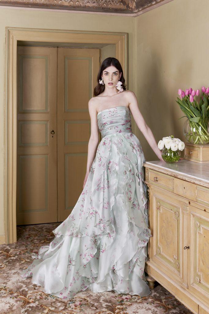 In questa foto una modella indossa un abito verde chiaro con stampa floreale firmato carlo pignatelli 2022
