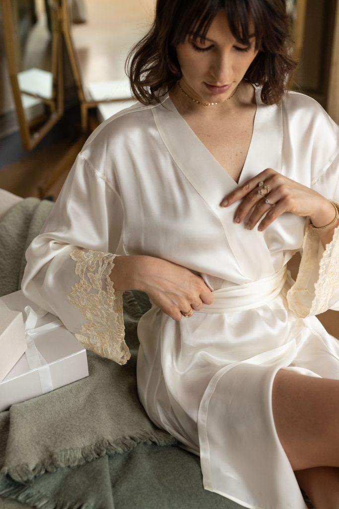 In questa foto l'editor Carlotta Rubaltelli indossa una vestaglia in pura seta della linea Maison di La Perla