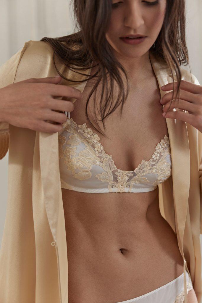 In questa foto una modella indossa una vestaglia La Perla su un completino intimo due pezzi
