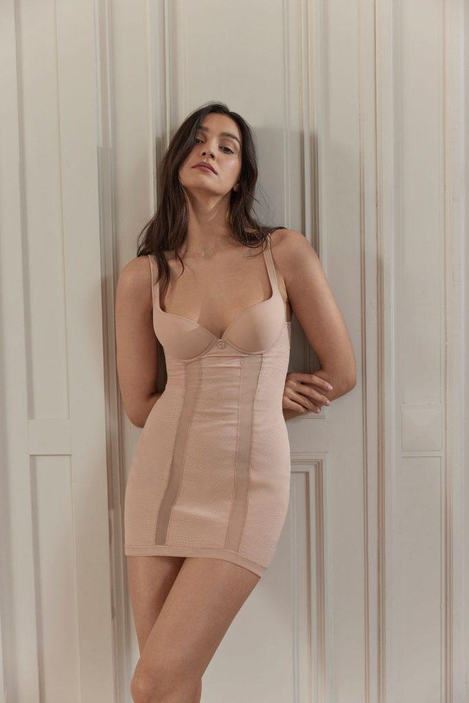 In questa foto una modella indossa un intimo modellante della linea Maison Contouring di La Perla