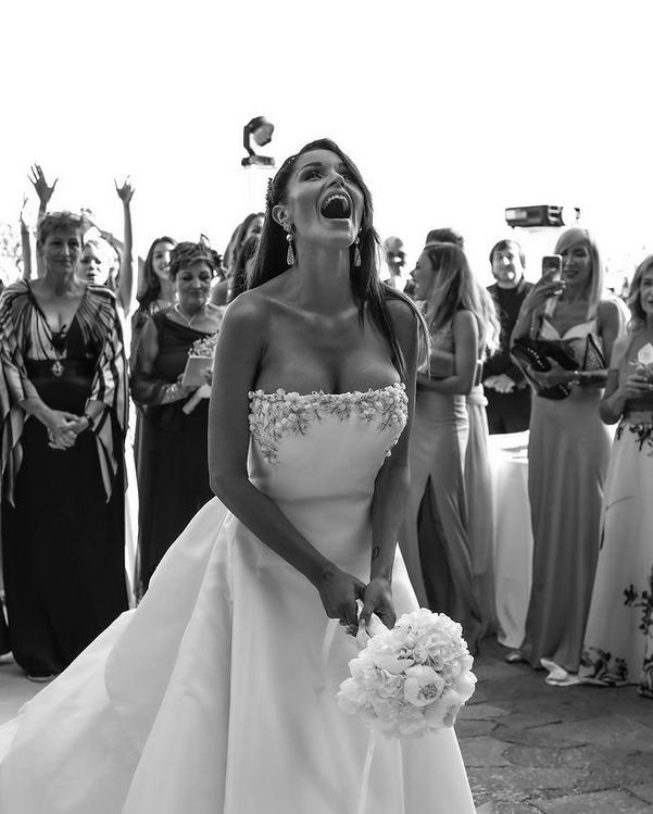 In questa foto Delia Duran lancia il bouquet
