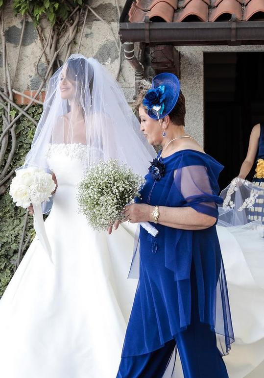 In questa foto l'arrivo della sposa accompagnata dalla mamma