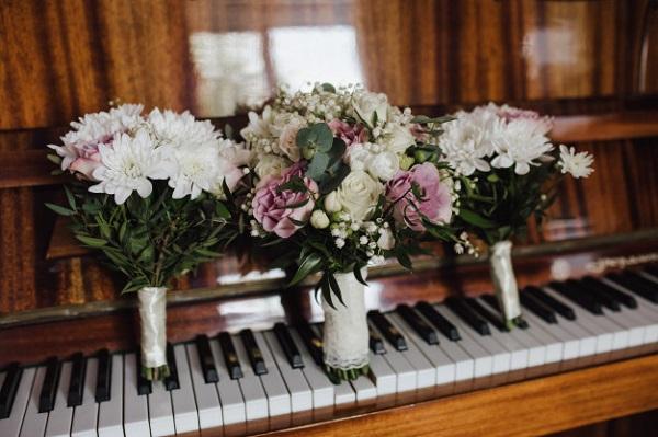 In questa foto un bouquet su un pianoforte