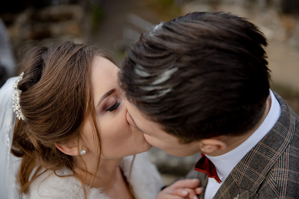 In questa immagine uno scatto romantico che ritrae una coppia di sposi.