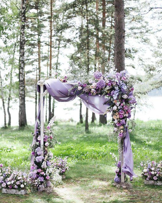 In questa foto un arco per matrimonio civile nei toni del lilla e del viola