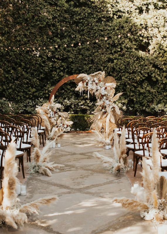 In questa foto l'allestimento di un matrimonio civile con pampas lungo la navata e sull'arco del rito