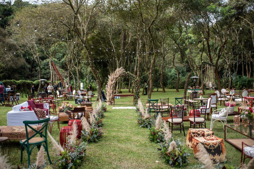 In questa foto l'allestimento di un matrimonio civile su un prato con pampas e tappeti multicolor