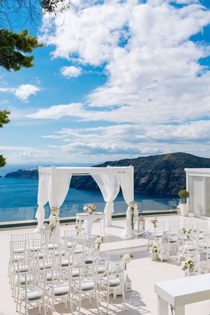 In questa foto l'allestimento per un matrimonio civile a tema bianco su una terrazza esposta sul mare