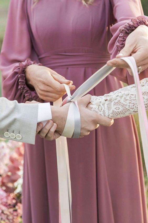 In questa foto il rito simbolico dell'Handfasting