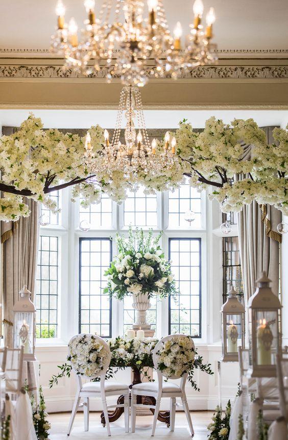 In questa foto l'allestimento di un matrimonio civile nella sala di una villa con fiori bianchi e lanterne