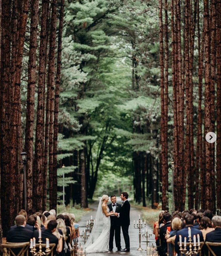 In questa foto un matrimonio civile celebrato in un bosco di sequoie