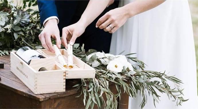 In questa foto due sposi durante il rito delle d'amore e della bottiglia di vino