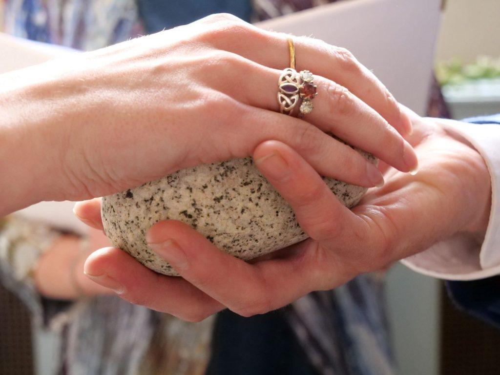In questa foto il rito simbolico della pietra del giuramento durante un matrimonio civile