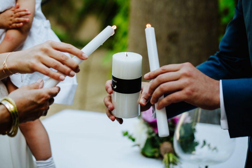 In questa foto il rito simbolico delle candele