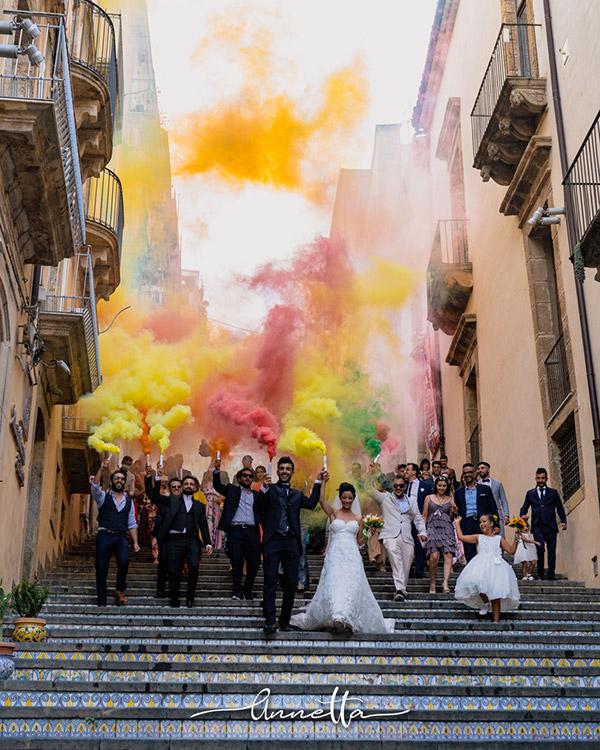 In questa foto un colorato corteo nuziale a Caltagirone